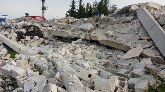 Tadilat halindeki ev çöktü: 1 ölü, 2 yaralı