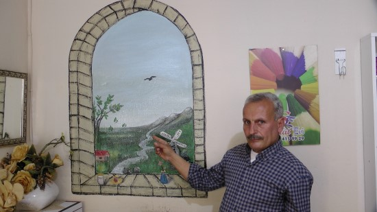 Suriye'de duvarlara çizdiği resimleri Türkiye'de öğrencilere öğretiyor