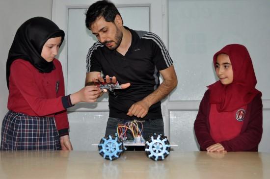 Öğrencilerden eldivenle hareket eden araç