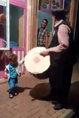 Minik çocuk kendini ramazan davulunun ritmine kaptırdı