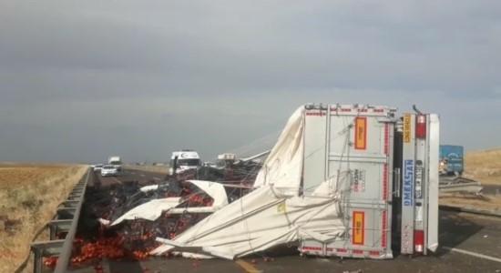 Traktöre çarpan tır devrildi: 2 yaralı