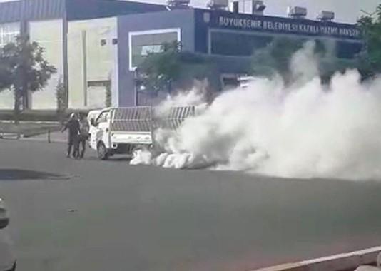 Park halindeki kamyonet alev aldı