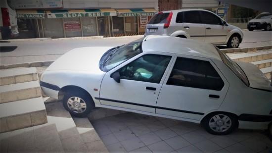 El freni çekilmeyi unutulan otomobil işyerine girdi