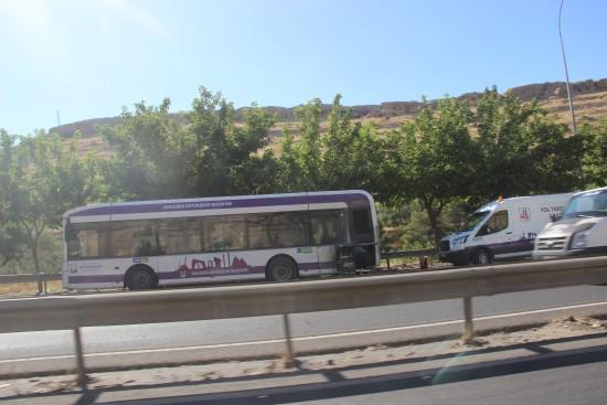 Seyir halindeki otobüs bir anda alev aldı