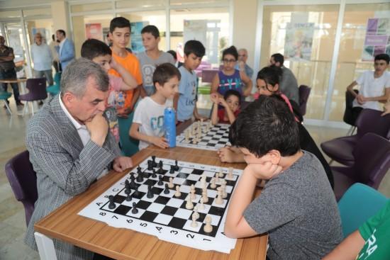 Beyazgül çocuklarla satranç oynadı