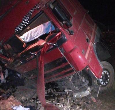 Şanlıurfa'da tır devrildi: 2 yaralı