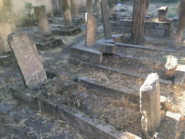 Ulucamideki mezarlıklar bakım istiyor