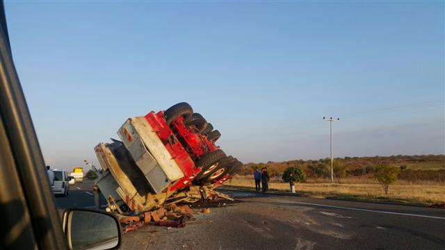 Urfa\'da vinç devrildi yol trafiğe kapandı