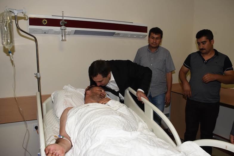 Vali Küçük yaralı polisi hastanede ziyaret etti