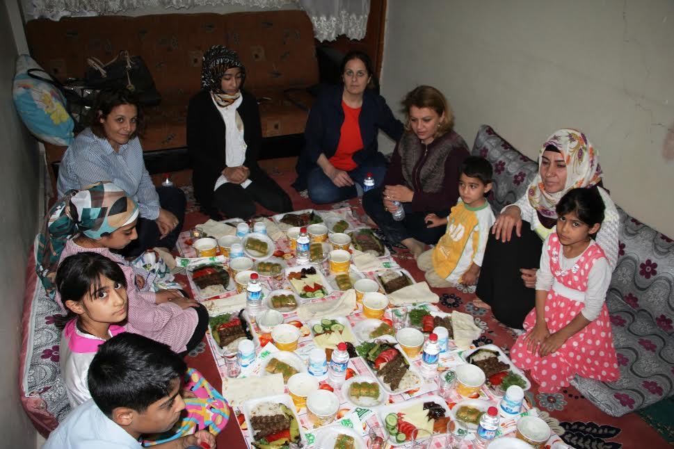 Sema Çiftçi, 7 çocuklu ailenin iftar sofrasına konuk oldu