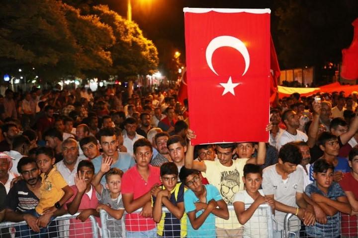 Akçakale demokrasi nöbetinin 8. Gecesindede ayaktaydı