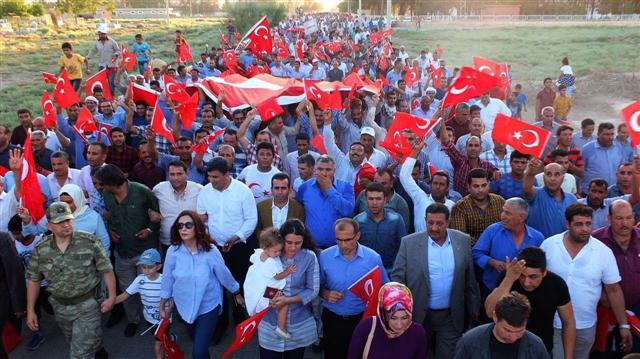 Harran\'da 30 metrelik Türk bayrağıyla yürüyüş