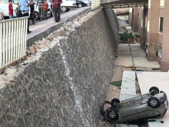 Otomobil evin çatısına uçtu: 1 yaralı