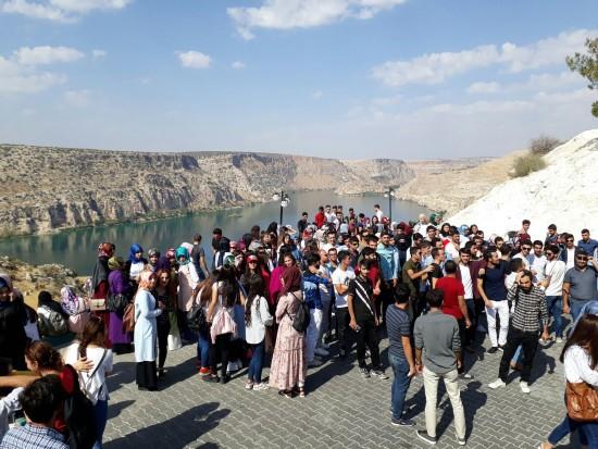 Harran Üniversitesi yeni öğrencilerini Halfeti'ye götürdü