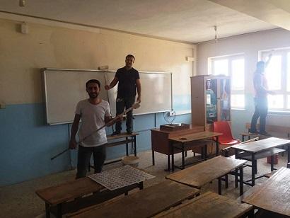 Ceylanpınar'ın fedakar öğretmenleri okullarını boyadı