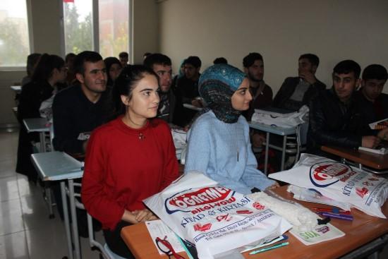 Üniversiteye hazırlanan öğrencilere ücretsiz 7 bin kaynak kitap