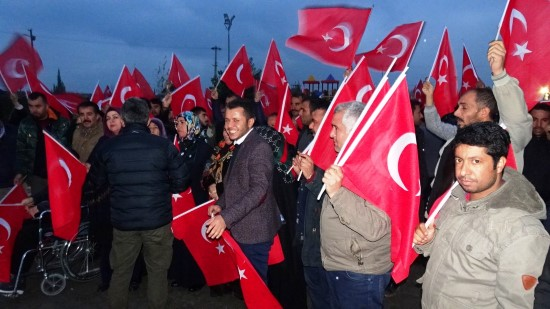 Sınırın sıfır noktasında Mehmetçiğe Türk bayraklı destek