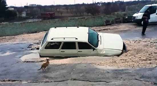 Su borusu patladı, otomobil yolda oluşan dev çukura düştü