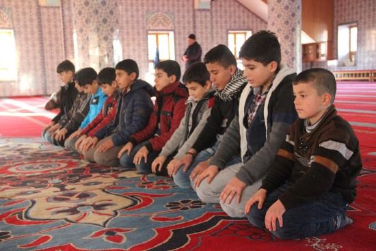 Ödül sistemi ile çocuklara camiler sevdiriliyor