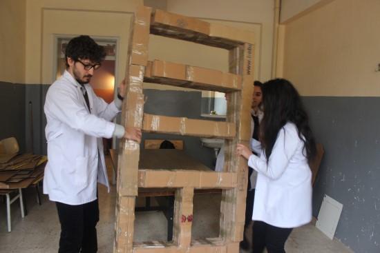 Öğrenciler atık kartondan kitaplık yapıyor