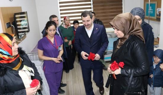 Hasta yakınlarına ve hastane çalışanlarına karanfil