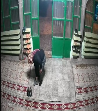 Namaz kılan cemaatin ayakkabılarını çalan hırsız kameraya yakalandı