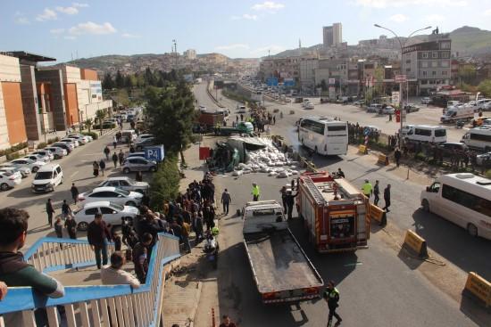 Freni boşalan kamyon 4 aracı önüne kattı, 1'i ağır 5 kişi yaralandı
