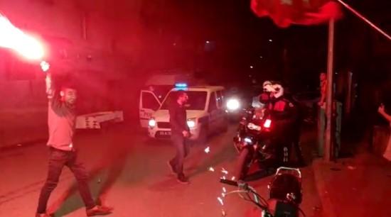 Kavgaya giden polislere meşaleli karşılama