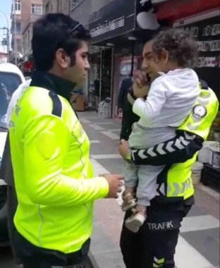 Ağlayan çocuk polisin kucağında sakinleşti