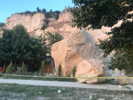 Dağdan kopan dev kaya parçası kafenin üzerine düştü