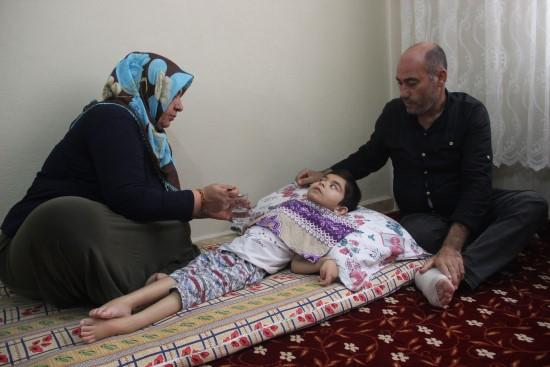 Çocukları, gözlerinin önünde her gün ölüme bir adım daha yaklaşıyor