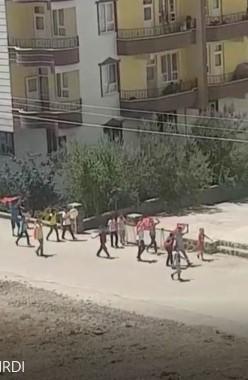 Çocuklar ellerinde bayrakla 15 Temmuz'u canlandırdı
